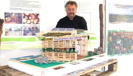 Dr. Hans Aschenbach mit einem ersten Entwurf eines Palettenhauses für die Expo Rhön