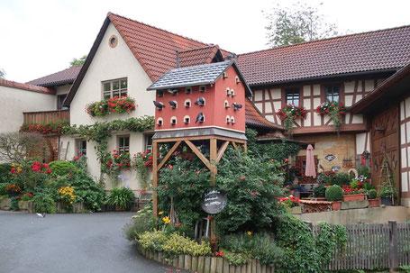 Das angefügte Bild von diesem Taubenkobel habe ich bei meiner Heimfahrt von dem Sommerfest der Gruppe Oberfranken in Herreth aufgenommen.