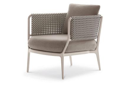 """DEDON – Auch der Sessel des dänischen Designers Henrik Pedersen ist mit dem """"ökologisch einwandfreien"""" Material bespannt, der Rahmen besteht aus Aluminium."""