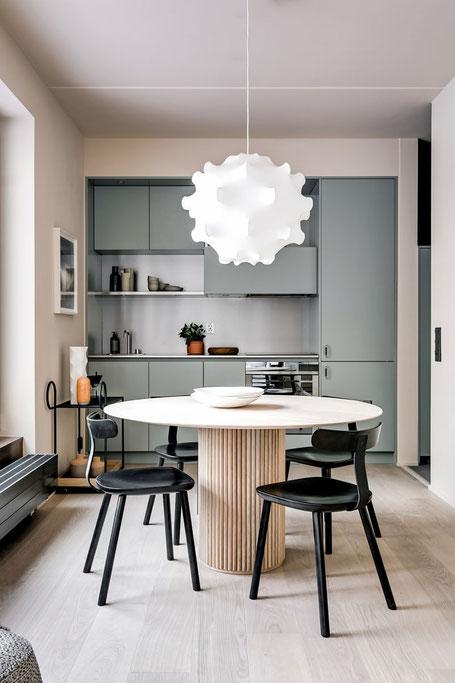 Lädt zum Zusammenkommen ein: der offene Ess- und Küchenbereich des Mono-Appartements