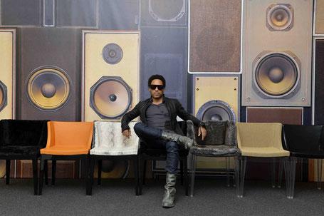 Lenny Kravitz auf dem von ihm für Kartell gestaltetem Sesselstuhl