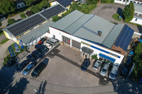 Luftaufnahme von einem Autohaus