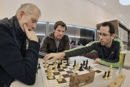 Reinhard, Klaus und Gerhard bei der gemeinsamen Analyse