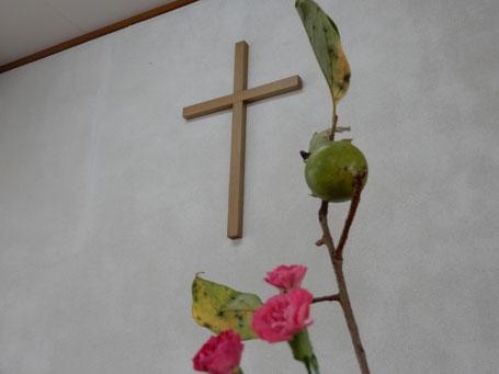 2019年10月6日(日)十文字平和教会の講壇 柿が見えます