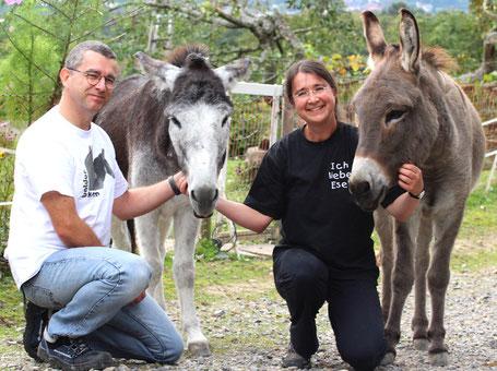 """Claudia & Rolf Scharer mit Ihren Eseln Karim und Baldur, gerne laden wir Sie ein zu """"eseligen"""" Begegnungen"""