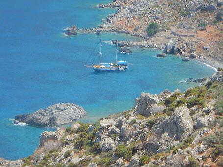 Yoga auf dem Schiff, kleines Kreuzfahrtschiff mit individueller Route von Bucht zu Bucht.