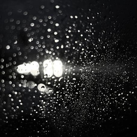 Lichter, Dunkelheit und Regen