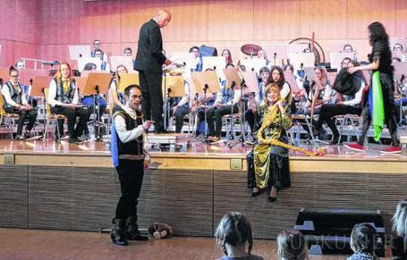 Das Musikstück Rapunzel von Bert Appermont wird vom Geisinger Jugendblasorchester für das Familien- und Werbekonzert auch spielerisch umgesetzt. Unser Bild zeigt Holger Stoffler als Prinz sowie Franziska Schmitt als Rapzunzel, dahinter das Jugendblasorche