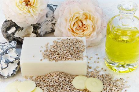 Seife mit Blumen und Öl in Flasche