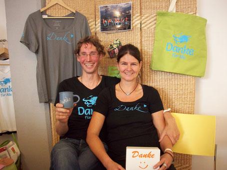 Petra Hüter-Dick mit ihrem Mann Christof und ihren ersten Danke-Produkten