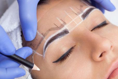 La belle Kosmetikstudio Permanent make up einzeichnen Vorbereitung Gesicht Augenbrauen