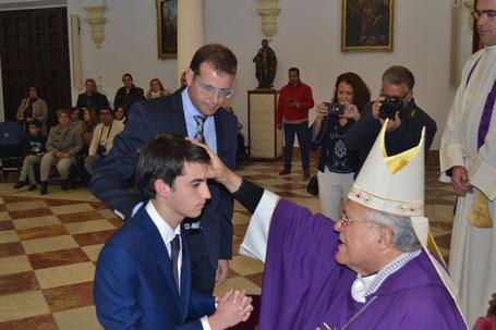 El Obispo confirmando en la Parroquia.
