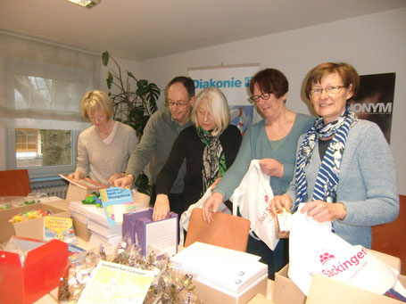 Claudia Sielaff, Wolfgang Tritschler, Marieluise Katchan, Elke Ebner und Cornelia Tritschler (von links nach rechts) beim Befüllen der Taschen.