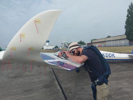Jörg Urban bei der Montierung einer GoPro-Kamera, mit der benötigte Nachweise über die veränderte Aerodynamik gesammelt wurden