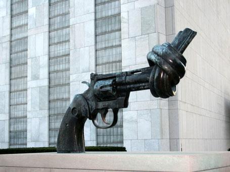"""""""Non-Violence"""" (Bronzeskulptur des schwedischen Bildhauerkünstlers Carl Fredrik Reuterswärd vor dem UN-Hauptquartier) Foto: (c) Bernhard Riedl"""