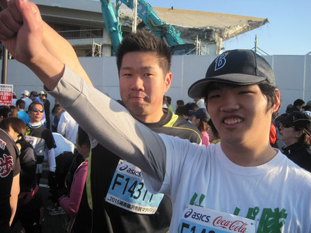 レース前緊張気味の二人 マラソン出場者はなんと8000人とか