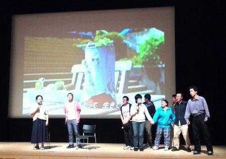 上映会のラスト、「森は生きている」の歌唱。はっぱ隊も参加!