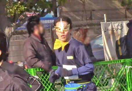黄金マスクをつけ激走するリーダーをゴール手前で発見!記録は1時間19分48秒。記録を更新!この非凡な!仮装にもいかりやさんのエンターティナーとしての気概とセンスがよく表れていたと思います。