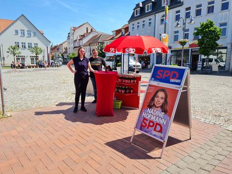 Nadine Hofmann und Robert Drews am Wahlkampfstand