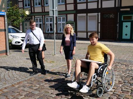 Robert Drews (links) besucht die Initiative (im Bild: Kathrin Gensecke, Simon Hertin) beim Gang durch Salzwedel