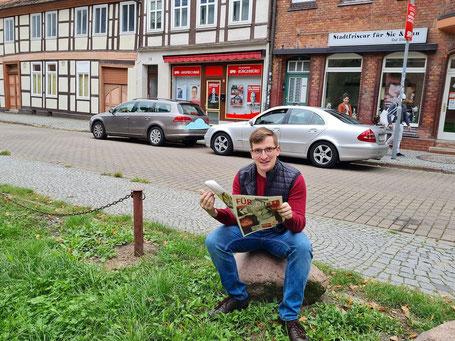 Robert Drews wirft ein Blick in die Zeitung und weiß, dass die SPD gewinnt.
