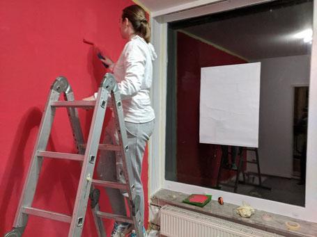 Nadine Hofmann streicht behände rote Wände