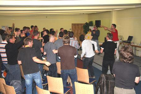 Mit 90 wilden Männern Hypnose im Rahmen des NLP-Studenten-Practinioners von Julian Wolf, hier in München.
