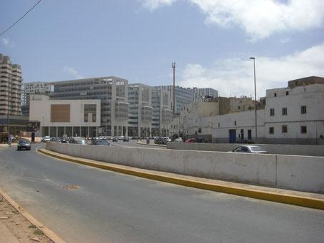 De part et d'autre du Boulevard Sidi Mohamed Ben Abdellah : la Marina flambant neuve fait face à des quartiers d'habitat ancien qui n'ont pas bénéficié de la réhabilitation de la Médina. Photo : Quentin Nam