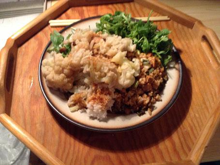 Prato macrobiótico: arroz integral com gersal; couve-flor cozida no vapor; refogado de tofu com alho, cebolinha, acelga, salsinha e alho porró, e salada de rúcula. Exceto o arroz, tudo salpicado com um molho de soja integral - sem qualquer conservante..