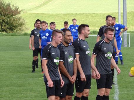 DIe Spieler hatten ordentlich Defensivarbeit zu leisten. In der Mauer: Jan Weißenberger, Abdullah Deregözü, André Walcher und Daniel Fick,