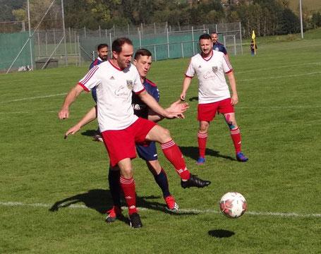 Ordentlich auf die Knochen gab es für Julian Mayr und die Spieler der Reserve gegen den FC Inter Laupheim.