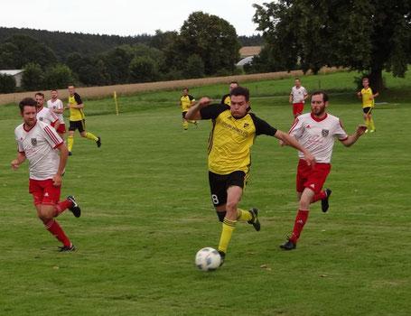 Siegtorschütze Philipp Neumann (rechts) hier im Laufduell mit einem Gegenspieler