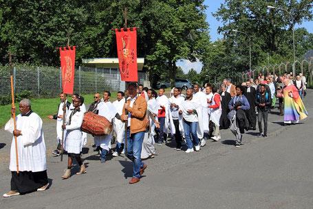 Eritreische und deutsche Christen ziehen gemeinsam durch Gießen // Foto: Schmidt
