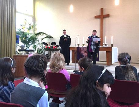 Pfarrer Gabriel Brand und Gemeindepädagogin Bea Freiesleben-Schmidt bei der kreativen Predigt am 3. Advent // Foto: Gömmer