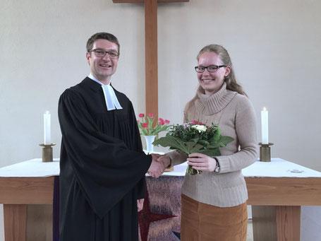 Pfarrer Brand dankt Sarah Breitstadt für 3 Jahre Leitung des KinderCHORprojekts // Foto: Gömmer