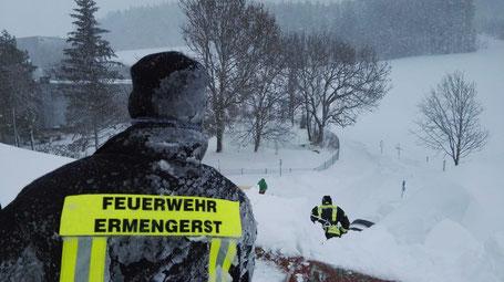 Dach abschaufeln, Schneemassen, Winter, Ermengerst
