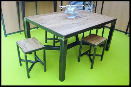 Ensemble table et tabourets en métal et bois, sur mesure