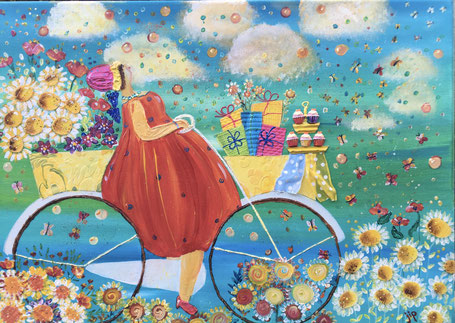 dame op de fiets met bloemen, gebakjes en kadootjes in manden op de fiets