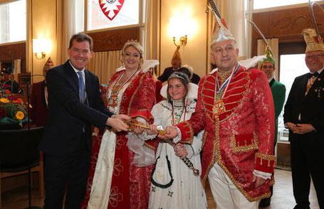 Oberbürgermeister Ulf Kämpfer mit Seiner Tollität Prinz Marcus I. und Ihrer Lieblichkeit Prinzessin Ilona I. In ihrer Mitte ist Kinderprinzessin Emma Katharina I.
