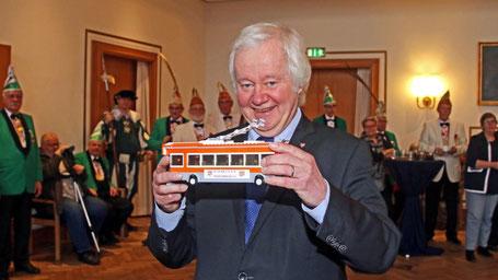 Denkanstoß: Stadtpräsident Hans Werner Tovar bekam das Modell eines Oberleitungsbusses