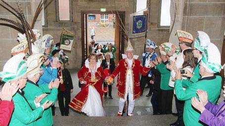 """Rathaus-Spalier: Vorbei am """"gefiederten Volk"""" schreitet das Prinzenpaar Jan Holger I. und Karen I. die Treppe hinauf in Richtung Ratssaal. Fotos: Suhr"""