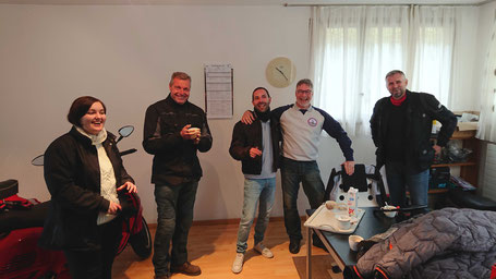 Gruppenbild des Vespa Club 46 Rotkreuz