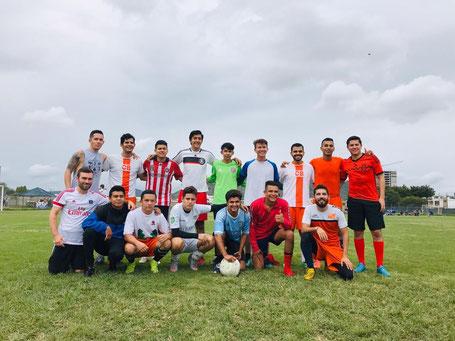 Zakko mit seinem Freizeitliga-Team in Mexico (unten links)