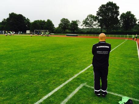 Coach Sven Reinke schaut genau hin, ob die besprochene Eckenvariante umgesetzt wird.