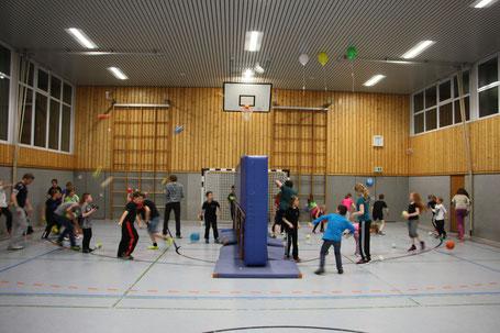 Kinder und Jugendlichen vom SVA spielen am Jugendtag bis in die Nacht Gruppenspiele.