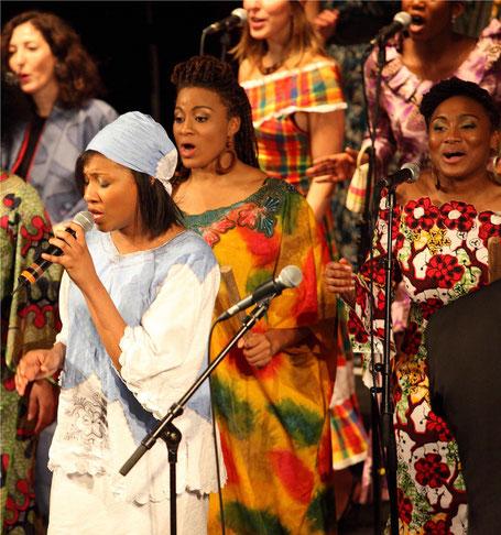 Le Chœur Gospel de Paris en tenue africaine
