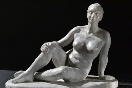 """Akt """"Mimi"""", 2016, 23x30x16cm, Gips patiniert"""