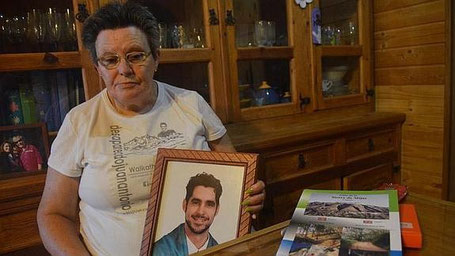 Ana Alarcón, con la foto de su hijo. / M. Gámez