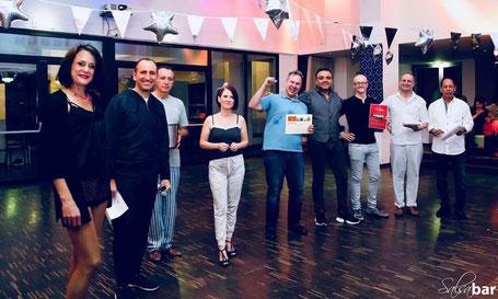 Eva Grebner gratuliert dem Gewinner eines Spanischkurses