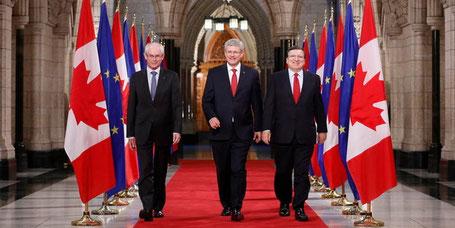 Bild: reuters || Herman Van Rompuy, Stephen Harper und Manuel Barroso (v.l.)